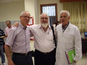 Cacho, con Cirilo Gutiérrez y Andrés Olalla, en su visita al colegio el 27 de mayo de 2010.
